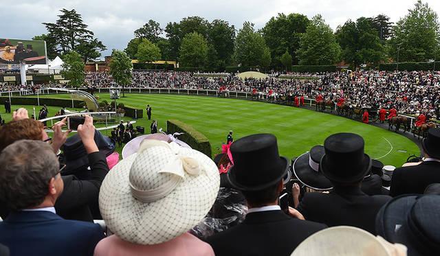 ロンジンがサポートする世界中で開催されるホースレースの大会は、華やかなスタイルで着飾る社交の場でもある。