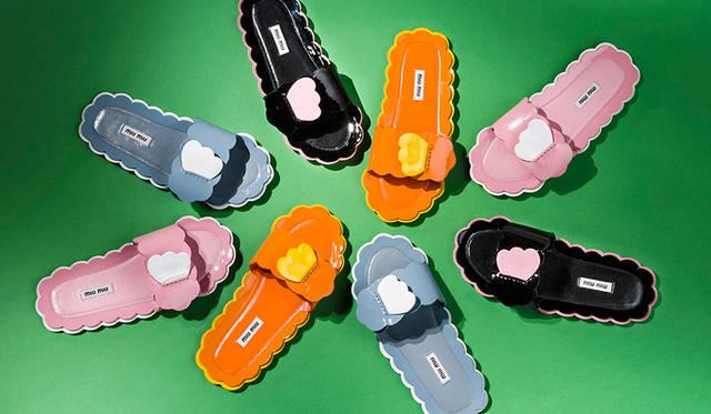 限定商品<br /> 価格|8万7000円<br /> 高さ|0.5cm<br /> 素材|エナメル(羊革)<br /> カラー|オレンジ/イエロー、ブラック/ピンク、ピンク/ホワイト、 ライトブルー/ホワイト(全4色)<br />