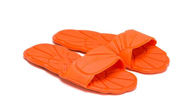 先行発売商品<br /> 価格|3万9000円<br /> 高さ| 0.5cm<br /> 素材| ラバー<br /> カラー|ピンク、レッド、ネイビー、オレンジ、パープル、ブルー、グリーン(全7色)<br />