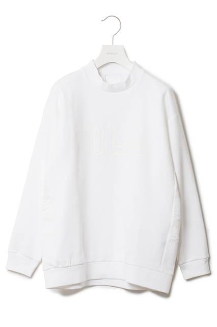 <strong>モックネックロングスリーブ</strong><br /> 表面が鹿の子、裏面がスムースのダブルジャージを使用した、今までにない長袖Tシャツ。 ワントーンの配色でミニマルな印象に仕上がっている。絶妙なリブの太さのネック周りとドロップショルダーでボクシーなシルエットが特徴。バックの異素材切り替えはテニスプレーヤーGuillermo Vilas (ギリェルモ・ビラス)のシグネチャーモデルに採用されていたラインをデザイン化したもの。)<br /> モックネックロングスリーブ|1万4000円(税別))<br />