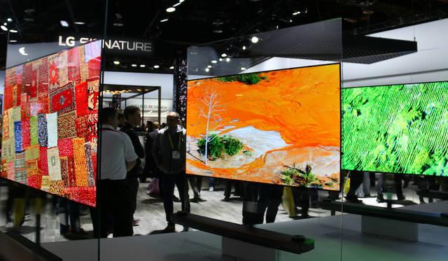 SIGNATURE はLGエレクトロニクスのプレミアムブランド。これはその新シリーズである有機ELテレビ「OLED TV W」。パネルの厚さはわずか2.57mmである。