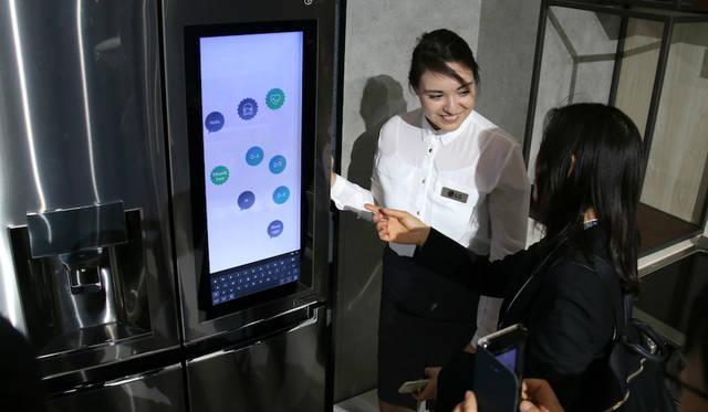 Amazonの音声認識 Alexaを搭載したスマート冷蔵庫「LG Smart InstaView」。音声コマンドによって庫内に不足した商品を注文したり、レシピ検索や天気予報の確認も可能だ。