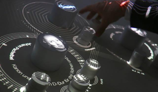 ソニー。オープンイノヴェーションによる開発プログラム「Future Lab Program」の参考展示。テーブル上部に高低差や手指の三次元的動きを認識するプロジェクタが備えられており、積み木を重ねることによって再生される楽器が増えてゆく。