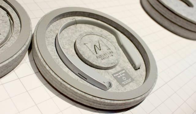 こちらもソニー「Future Lab Program」による参考展示から。ネックバンドスタイルのヘッドホン。耳を塞がずにリスニングができる。音漏れは極めて少ない。かつボイスコマンドも可能。