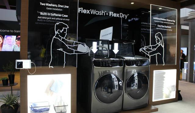 洗濯機と乾燥機の一体型デザインを発表したサムスン。「Flex Wash」は上段に小容量、下段に大容量のドラム式洗濯機を備える。乾燥機の「Flex Dry」も上段は小容量、下段に大容量に対応している。