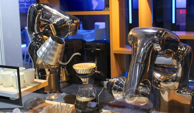 デンソーがデモンストレーションを行った「バリスタロボット」。クラウドMicrosoft Azureと連携してコーヒーを淹れてくれる。