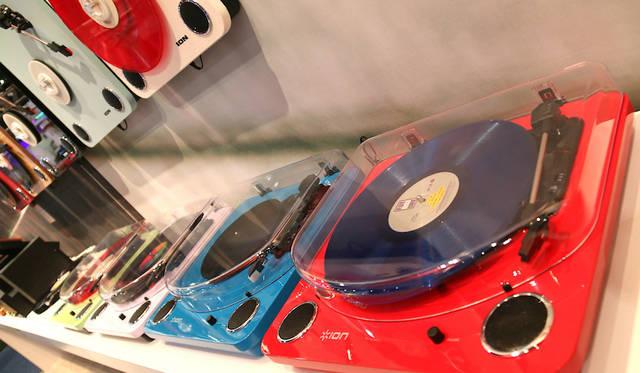 アイオン・オーディオのブースにて。近年はアナログレコード販売の好調に伴い、レコードプレーヤ市場が盛り上がりをみせている。
