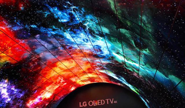 LGエレクトロニクスは、多数の画面をアーチ状に配置したシアタースペースで4Kの高輝度技術をアピールした。