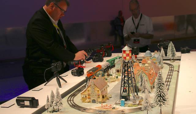 鉄道模型が用意されたキャノンのブース。動体撮影を試す人々で賑わった。