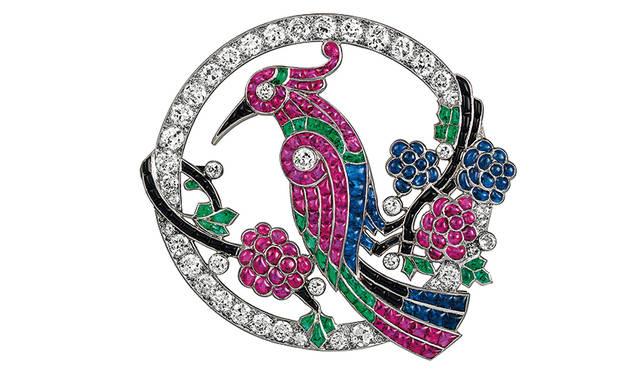 《バード クリップ》 ヴァン クリーフ&アーペル コレクション 制作年:1924年 素材・技法:プラチナ、エメラルド、サファイア、ルビー、オニキス、ダイヤモンド Patricks Gries © Van Cleef & Arpels