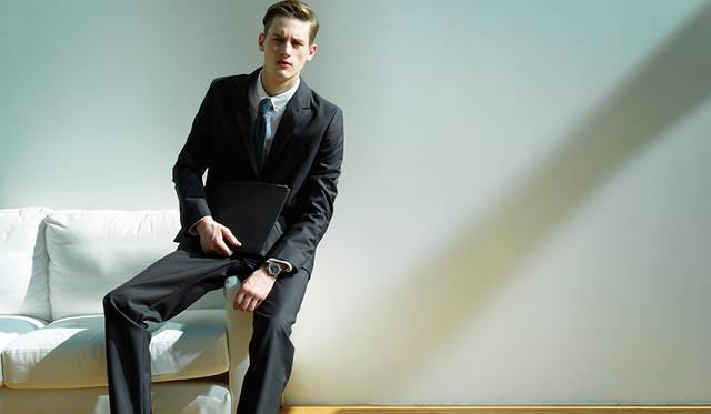 <strong>ロンジン マスターコレクション</strong><br>「このモデルの特徴は黒い文字盤。白いものに比べるとワイルドで強い印象です。これに、オーソドックスなネイビーのスーツに白いシャツというクリーンなコーディネートに合わせることで、ちょっと不良性を感じさせるバランスが面白いのでは。紺と白の堅いスーツに少しの変化をつけて崩してみてください」<br> ジャケット5万9000円、シャツ1万9000円、パンツ3万3000円(以上A.P.C.)、シューズ11万円(J.M. WESTON)、その他スタイリスト私物