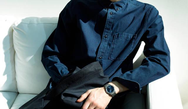 <strong>ロンジン マスターコレクション</strong><br>「オフで着るスーツの提案なのでノータイです。インディゴブルーのシャツは、文字盤のネイビーに合わせて、ジャケットとすべてネイビー一色で統一しました。ネイビーが好きな男性は多いと思いますが、どこかアーティスティックに見えるカラーですね。ただ、知性が求められる難しいカラーでもあるので、さらっとスーツにワントーンで着るとカッコよく決まるはず」<br>ジャケット5万9000円、シャツ2万円(ともにA.P.C.)その他スタイリスト私物<br><BR>Ref.|L2.628.4.92.6 <br>ムーブメント|自動巻き(Cal.L888) <br>パワーリザーブ|64時間 <br>ケース&ブレスレット|SS <br>ケース径|38.5mm <br>文字盤|ブルーのサンレイダイアル <br>ケースバック|シースルー <br>防水|3気圧 <br>価格|22万9000円(税別)