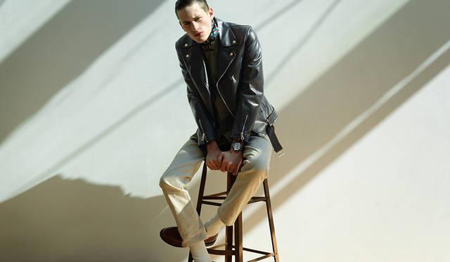 <strong>コンクェスト</strong><br>「オリーブのシャツに生成りのピケのファイブポケットパンツ。それに焦げ茶色のブーツ。ミリタリーシャツをワイルドにそのまま着るのではなく、第一ボタンまで留めて、首元にスカーフを巻いてドレッシーに着こなしているのがポイント。タフで無骨なスタイルに、シルバーの文字盤のクリーンな時計を。この対比を遊び感覚で取り入れてみてください」<br> ホースレザーダブルライダース13万8000円(CINQUANTA)、シャツ2万2000円(WOOLRICH)、パンツ1万2000円(BEAMS PLUS)、スカーフ1万4000円(A.P.C.)その他スタイリスト私物<BR><BR>Ref|L3.776.4.76.6 <br>ムーブメント|自動巻き(Cal.L888) <br>パワーリザーブ|64時間 <br>ケース&ブレスレット|SS <br>ケース径|39mm<br>防水|30気圧 <br>蓄光材|スーパールミノヴァ © <br>価格|14万円(税別)
