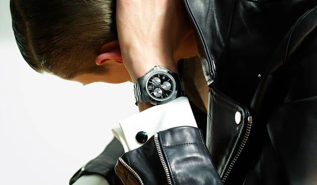 <strong>コンクェスト</strong><br>「時計はクロノグラフですが、ダブルカフスのドレスシャツを着て、ライダースをタキシードジャケット代わりにしたドレスな着こなしです。カフスが時計と合うなと思ったのですが、これにタキシードだとトゥーマッチになってしまうので、ライダースが一役買ってくれるわけです。太めの黒いパンツを合わせるのが今の気分ですね」<br>ホースレザーダブルライダース13万8000円(CINQUANTA)、その他スタイリスト私物<br><BR>Ref.|L3.701.4.56.6<br>ムーブメント|クオーツ・クロノグラフ (Cal.L441)<br>インダイアル |テーブル (A とC) およびセカンドタイミングカウンター(2時位置)、PTS/secペナルティカウンター(10時位置)、スモールセコンド(6時位置) センター針|クロノグラフ針(シルバー)、 45秒カウントダウン針(レッド)<br>ケース&ブレスレット|SS<br>ケース径|41mm<br>防水|5気圧<br>蓄光材|スーパールミノヴァ ©<br>価格|19万円(税別)