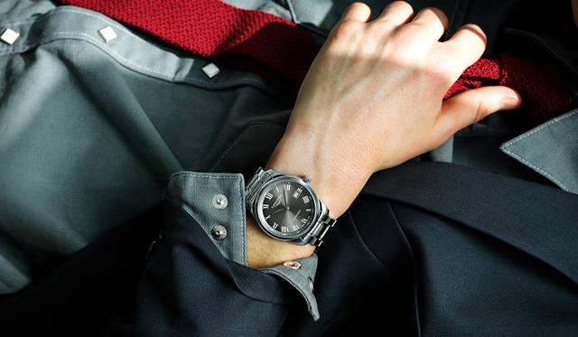 <strong>ロンジン マスターコレクション</strong><br>「アメリカンな印象のヴィンテージシャツをスーツに合わせる提案です。例えばカジュアルデーにノータイで会社に行くのではなく、こういうワイルドなウェスタンシャツにニットタイを締めていたらカッコいい。時計の文字盤がグレーなので全体をグレートーンでソリッドな組み合わせにしています。ワーキングクラスなサボタージュ系の雰囲気が、ミニマムな時計との組み合わせの妙になっているのでは」<br>ジャケット5万9000円、パンツ1万9000円(ともにA.P.C.)、その他スタイリスト私物<br><BR>Ref.|L2.793.4.71.6 <br>ムーブメント|自動巻き(Cal.L888) <br>パワーリザーブ|64時間 <br>ケース&ブレスレット|SS <br>ケース径|40mm <br>文字盤|グレーのサンレイダイアル <br>ケースバック|シースルー <br>防水|3気圧 <br>価格|23万8000円(税別)