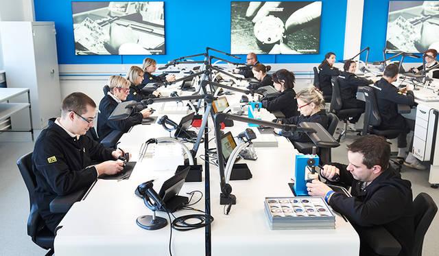 スイスの自社工房で、機械式時計を製造するのと同じように、職人による設計、製造、組立が行われている。