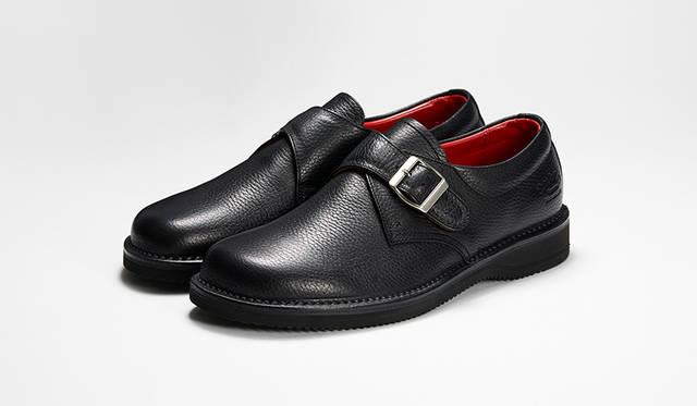 「ノマド」がテーマの新作モンクストラップ。足なり設計の木型やステッチダウン製法、EVAソールで抜群の履き心地。ブラックのシボ革はモードからスーツにまで合う。3万円