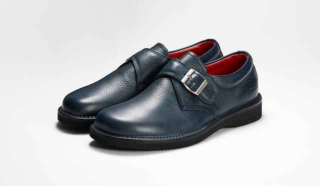 「ノマド」がテーマの新作モンクストラップ。足なり設計の木型やステッチダウン製法、EVAソールで抜群の履き心地。深みのあるネイビーは都会的なスタイルに最適だ。3万円