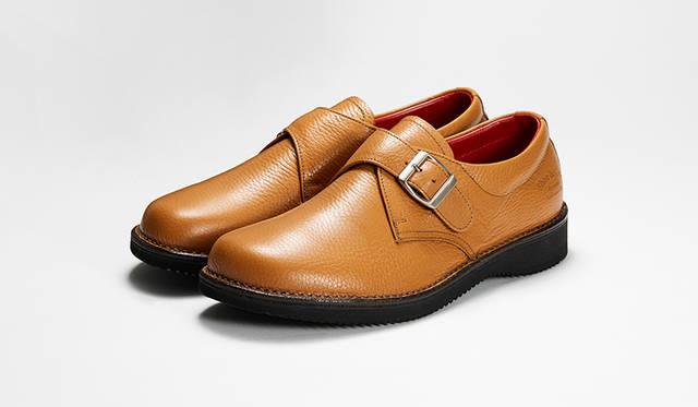 「ノマド」がテーマの新作モンクストラップ。足なり設計の木型やステッチダウン製法、EVAソールで抜群の履き心地。ナチュラルなタンカラーが軽やかさを引き立てる。3万円