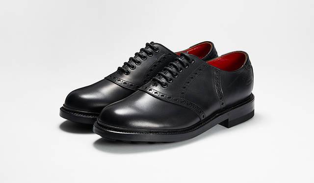 アイビーブーム時に一世を風靡したリーガルの名作サドルシューズをモダナイズ。オールブラックのモデルは、スーツからデニムまでオン・オフ双方で合わせられる。4万2000円