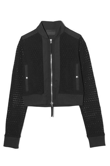 レース使いが華やかさを際立たせるシングルライダースジャケットは、軽めの羽織りとしても最適。ジャケット7万8000円(ディーゼル ブラック ゴールド)