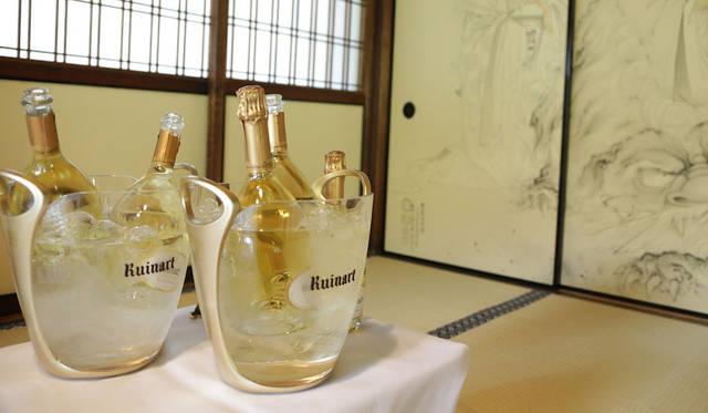 両足院にて。畳と襖の空間にルイナール ブラン・ド・ブランの透明なボトルが映える