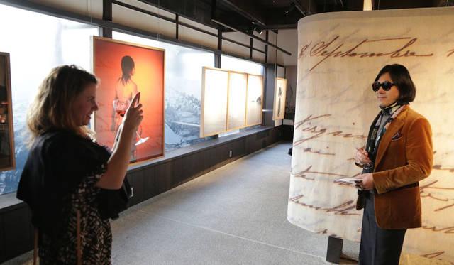 「ギャラリー素形」にて海外からのジャーナリストに写真を撮られる編集大魔王