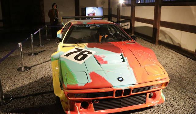 二条城は二の丸御殿台所にて。BMW M1にアンディ・ウォーホルがペイントを施したアートカー