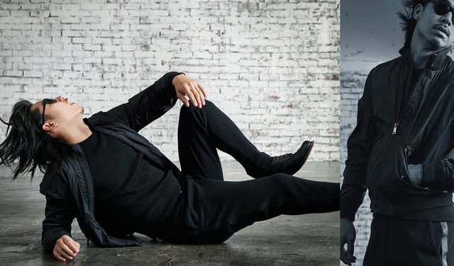 「MA-1風ショートブルゾンに、側章の入ったジャージーパンツとブーツを合わせた、こちらも全身真っ黒のコーディネート。スポーティでありながらドレスの雰囲気を兼ね備えたスタイルです」<br>アウター 12万円、ボトムス 22万8000円(ともにラルフ ローレン パープルレーベル)その他私物