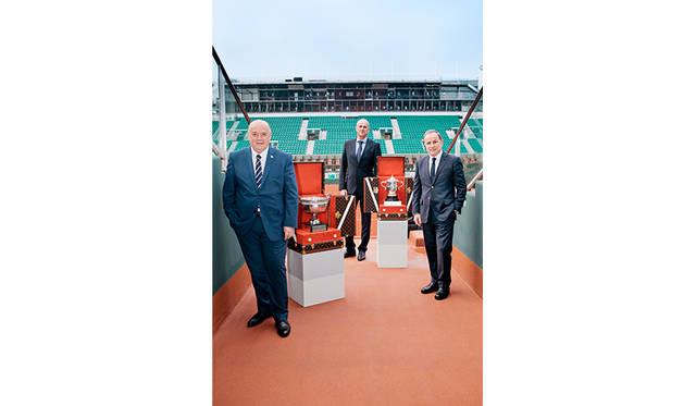 © Louis Vuitton / Sebastian Zanella </br>左から、フランス・テニ連盟のベルナージウディセリ会長、、フランスの元男子プロテニス選手で現在ローランギャロス・トーナメントディレクターを務めるギー・フォルジェ、ルイ・ヴィトン会長兼CEOのマイケル・バーク