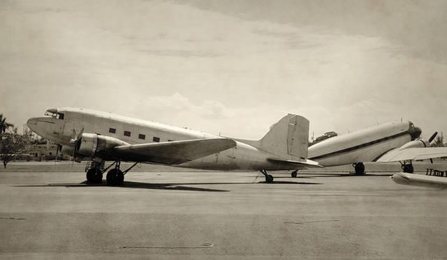 往年のダグラスDC-3。停機中の機体は水平ではなく、後部が下がった状態になるのが特徴だ。