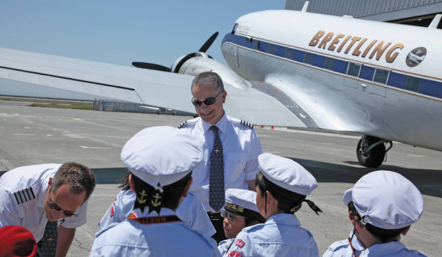 子どもたちと言葉を交わすフランシスコ・アグーロ機長。ワールド・ツアーの企画を立案した人物でもある。