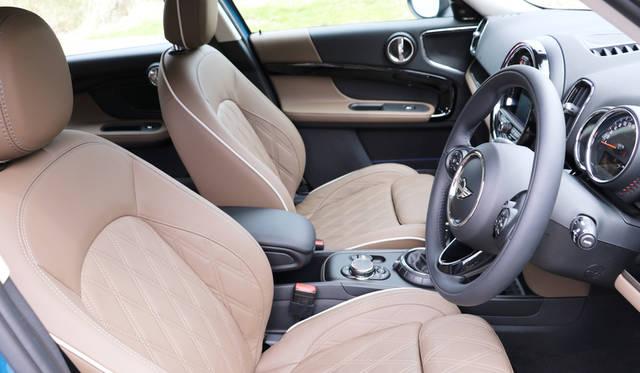 試乗車はオプションの「レザーチェスター・ブリティッシュオーク」なる表皮のスポーツシートを備えていた