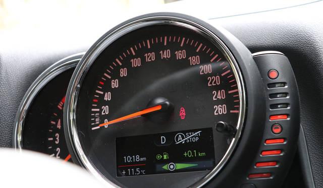 メーター右に設置されているのはバーで表示する燃料計
