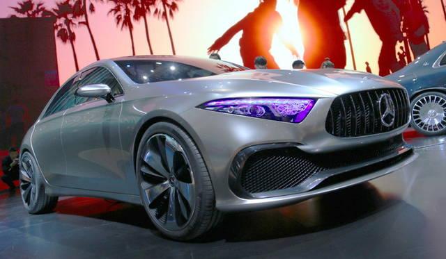 <strong>Mercedes-Benz concept A sedan|メルセデス・ベンツ コンセプト Aセダン</strong><br> 全長×全幅×全高は4,570×1,870×1,462 mm。フロントには「AMG GT ロードスター」などと同じ縦型グリルを採用。