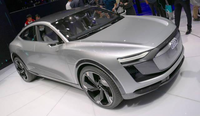 <strong>Audi e-Tron Sportback concept|アウディ e-トロ スポーツバック コンセプト</strong><br> 320kWの出力を誇る4ドア グラントゥリズモ。デジタル マトリックス LED プロジェクターは前照灯としての機能のほか、アニメーションなど多彩な投影を可能とする。