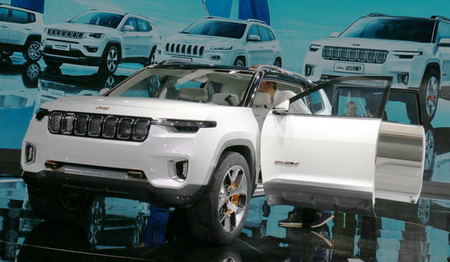 <strong>Jeep Yuntu concept|ジープ ユントゥー コンセプト</strong><br> 中国のユーザーを想定し、チェロキーのプラットフォームをベースとしたプラグイン ハイブリッド。合弁先は、中国広州汽車集団(GAC)。