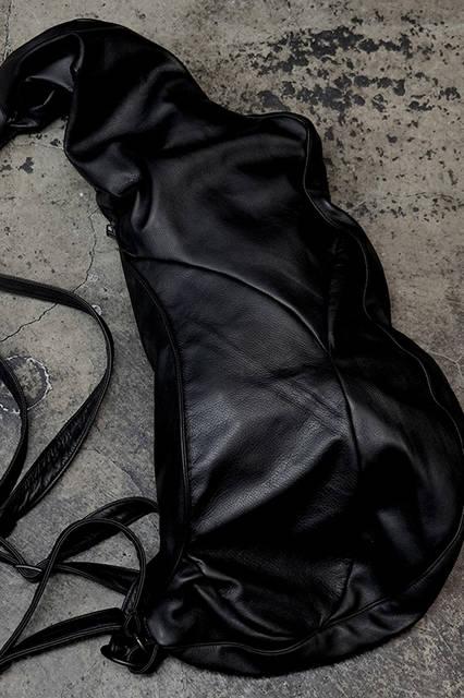 筋肉をモチーフにしたショルダーバッグ。ワンショルダーとリュックの2WAY。7万4000円(税別)。