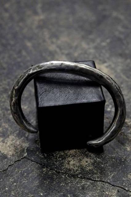 真鍮のかたまりを豚の生革で包み込んだブレスレット。3万3000円(税別)。