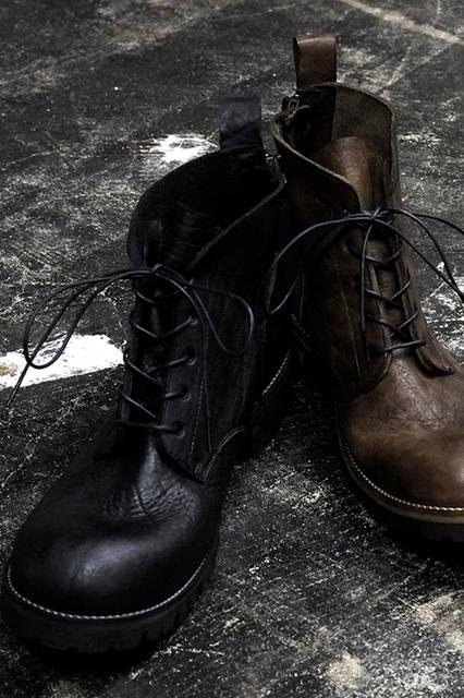 後側にジップが付き、着脱が容易なブーツ。ブラックもしくはブラウンの2色展開。6万8000円(税別)。