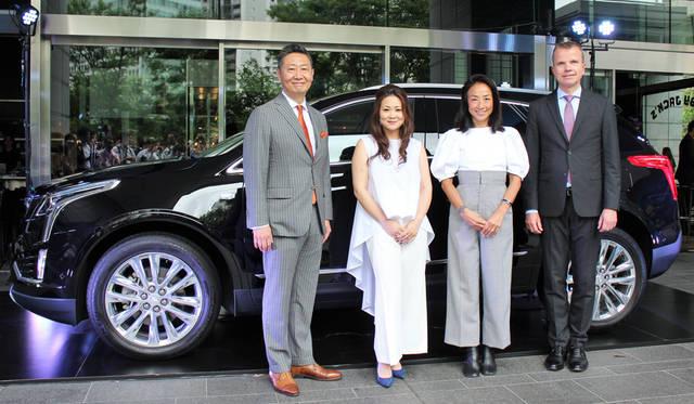 左からゼネラルモーターズ・ジャパン代表取締役社長の若松格さん、パワーウーマンプロジェクトに参加する高安晶子さんと亘つぐみさん、そしてグローバルキャデラックCMOのウーヴェ・エリングハウスさん