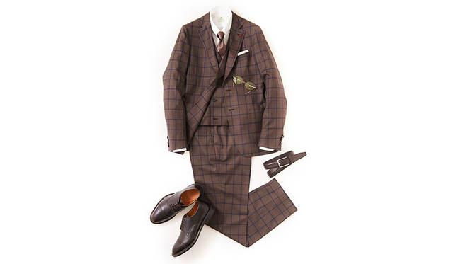 今季らしいブリティッシュクラシックを感じさせるウインドーペーン柄のスリーピーススーツ。スピンオフシリーズのキャップトゥモデルは、クラシックすぎないモダンの薫る足元を演出。ウエストを絞り込んだ立体的フォルムによる軽妙さにより、重厚感も払拭できる。<br><br>  靴2万8000円/リーガル(リーガル コーポレーション Tel.047-304-7261)、スーツ34万円、ジレ8万円/ともにイザイア(イザイア ナポリ 東京ミッドタウン店 Tel.03-6447-0624)、シャツ3万4000円、タイ1万8000円/ともにルイジ ボレッリ、チーフ7000円/シモノ ゴダール(すべて東京)、ベルト1万7000円/アンダーソンズ(エスディーアイTel.03-6721-1070)、メガネ2万8000円/フィッシュ&チップス(デコラTel.03-3211-3201)