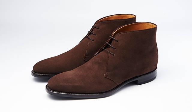 秋冬の足元に欠かせないスエードのチャッカブーツ。グッドイヤーウェルト式製法で長く履ける。定番のブラウンスエードはビジネスにもカジュアルにも合わせやすい。0万0000円