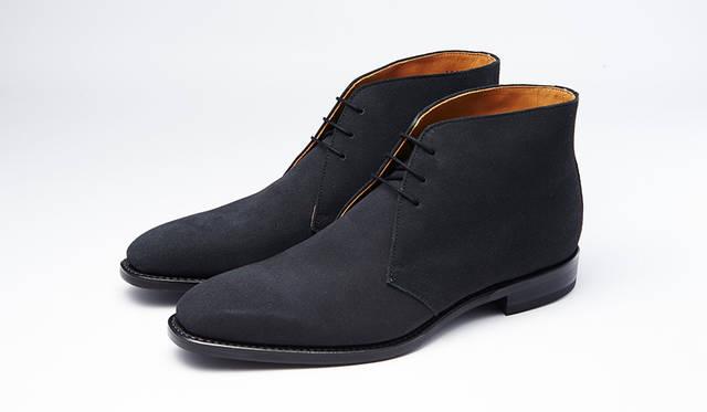 秋冬の足元に欠かせないスエードのチャッカブーツ。グッドイヤーウェルト式製法で長く履ける。珍しいグレースエードなら、モダンで都会的な秋冬の足元を楽しめる。0万0000円