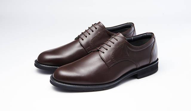 防水・透湿性を備え、靴のなかを快適に保つゴアテックスファブリックを採用し、幅広な3Eウィズでゆったり履けるシリーズ。プレーントゥは毎日の通勤にぴったり。0万0000円