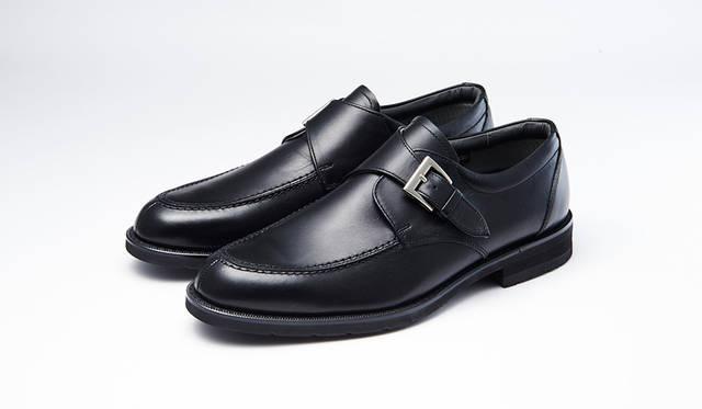 防水・透湿性を備え、靴のなかを快適に保つゴアテックスファブリックを採用し、幅広な3Eウィズでゆったり履けるシリーズ。黒モンクストラップはモダンにきまる。0万0000円