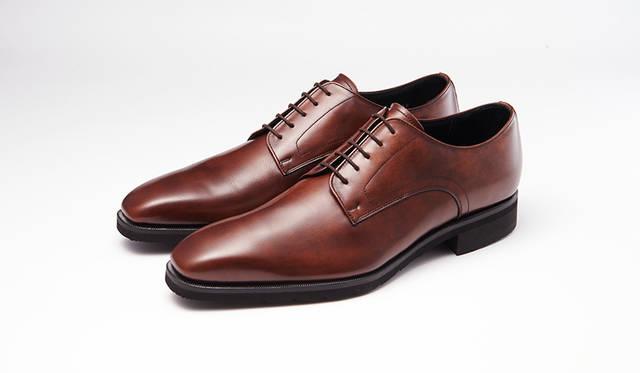 足幅が狭い若い世代に向け、ロングノーズ&シングルEのシャープな木型を採用したシリーズ。深みとムラを湛えたブラウンのプレーントゥは品良く個性を表現できる。0万0000円