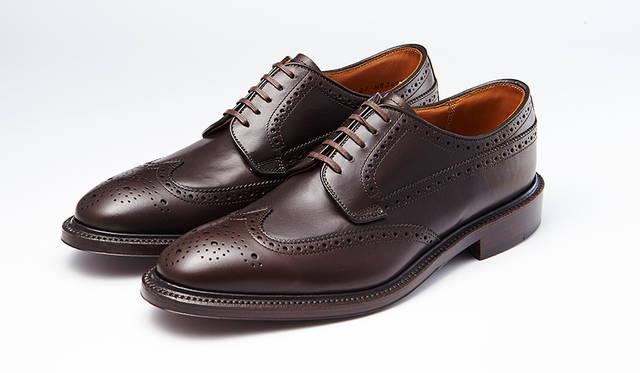 甲革、底革ともに日本のタンナー製を用い、リーガルコーポレーション自社国内工場で作られた高品質な純日本製のウィングチップ。ダークブラウンはスーツの足元を格上げする。4万4000円
