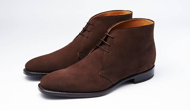 秋冬の足元に欠かせないスエードのチャッカーブーツ。グッドイヤーウエルト式製法で長く履ける。定番のブラウンスエードはビジネスにもカジュアルにも合わせやすい。3万円