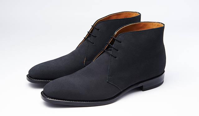 秋冬の足元に欠かせないスエードのチャッカーブーツ。グッドイヤーウエルト式製法で長く履ける。珍しいグレースエードなら、モダンで都会的な秋冬の足元を楽しめる。3万円